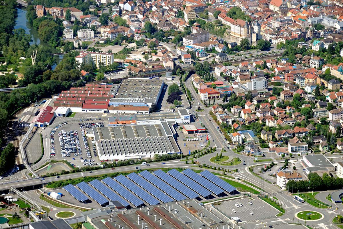 Vue aérienne du parc des panneaux photovoltaïques - PSA Sochaux